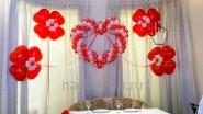 Сердце с цветочками и лентами в интерьере