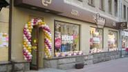 Украшение бутика гирляндой из шаров