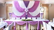 Свадебное украшение зала тканью в лиловых тонах