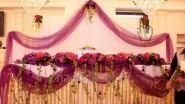 Яркое оформление стола для жениха и невесты