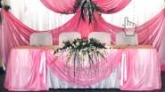 Украшение тканью стола молодых в розовых тонах