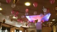 Бело- розовые шары под потолком
