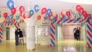 Украшение шарами фойе избирательного участка в Москве