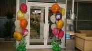 Оформление шарами входа в салон