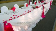 Украшение стола молодоженов цветами и тканью с подсветкой