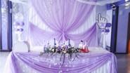 Украшение стола шарами, тканью, цветами и светом