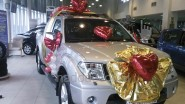 Подарочное украшение машины шарами и тканью