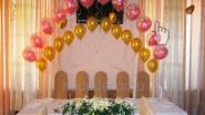Украшение стола молодых шарами и цветами
