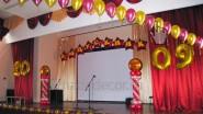 Украшение сцены зала шарами