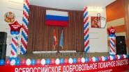 Украшение сцены шарами и баннерами