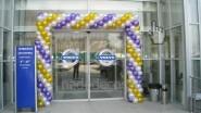 Украшение шарами двери магазина