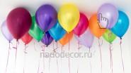 Разноцветные гелиевые шары под потолком