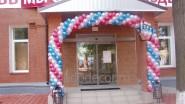 Украшение шарами входа в магазин