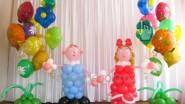 Дети из шариков с букетами шаров