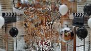 Тематическая фотозона с пайетками и большими шарами на выпускной