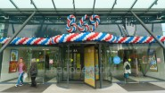 Украшение шарами входа в торговый центр
