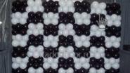 Стена из черно- белых шаров «Шахматка»