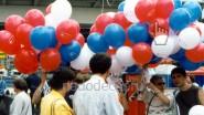 Раздача шаров с логотипом партии