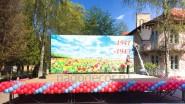 Украшение уличной сцены шарами к 9 мая