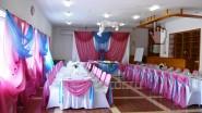 Яркое оформление зала тканью к свадьбе