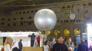 Большой (3 метра) серебристый шар на выставке