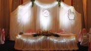 Украшение зала на свадьбу тканью в кремовых тонах с подсветкой
