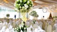 Подвесной букет из живых цветов на свадьбе