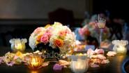 Украшение стола лепестками роз