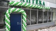 Украшение аптеки гирляндой из шаров