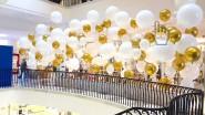 Стена из разноразмерных шаров золото и белый