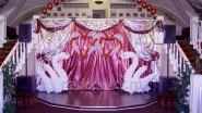 Украшение шарами и тканью сцены на свадьбу