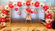Украшение воздушными шарами сцены группы садика
